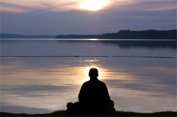 MindfulHappiness_WhatisMindfulness-meditating-by-water